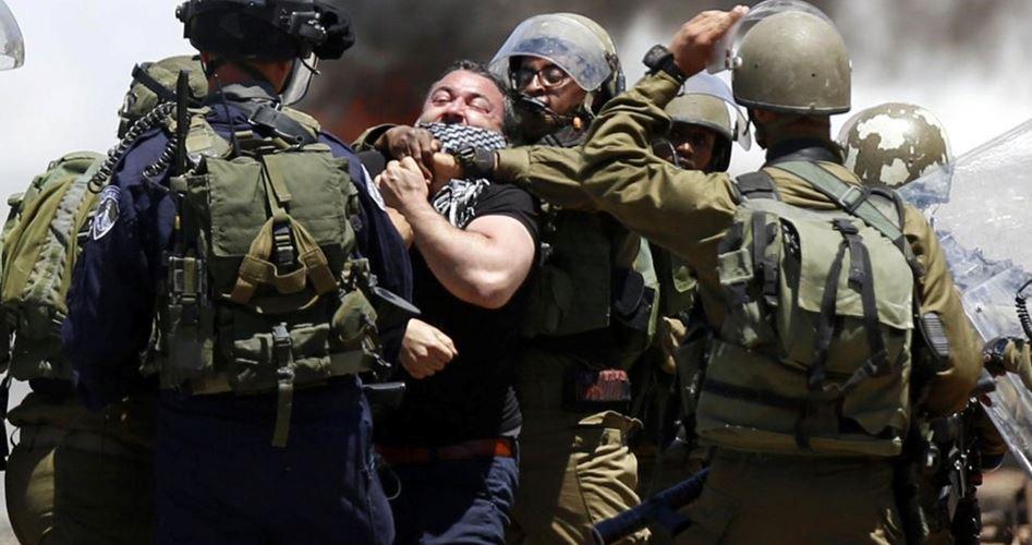 Siyonist İsrail Hukuksuz Baskınlarıyla Filistinlilerin Mahremiyetini İhlal Ediyor