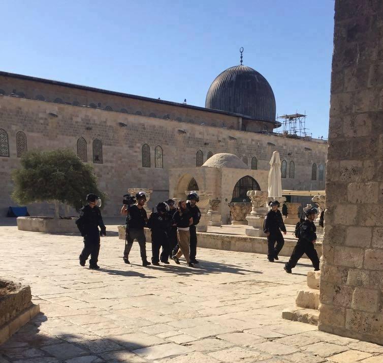 Siyonist Polisler Mescid-i Aksa'da Cemaate Saldırdı